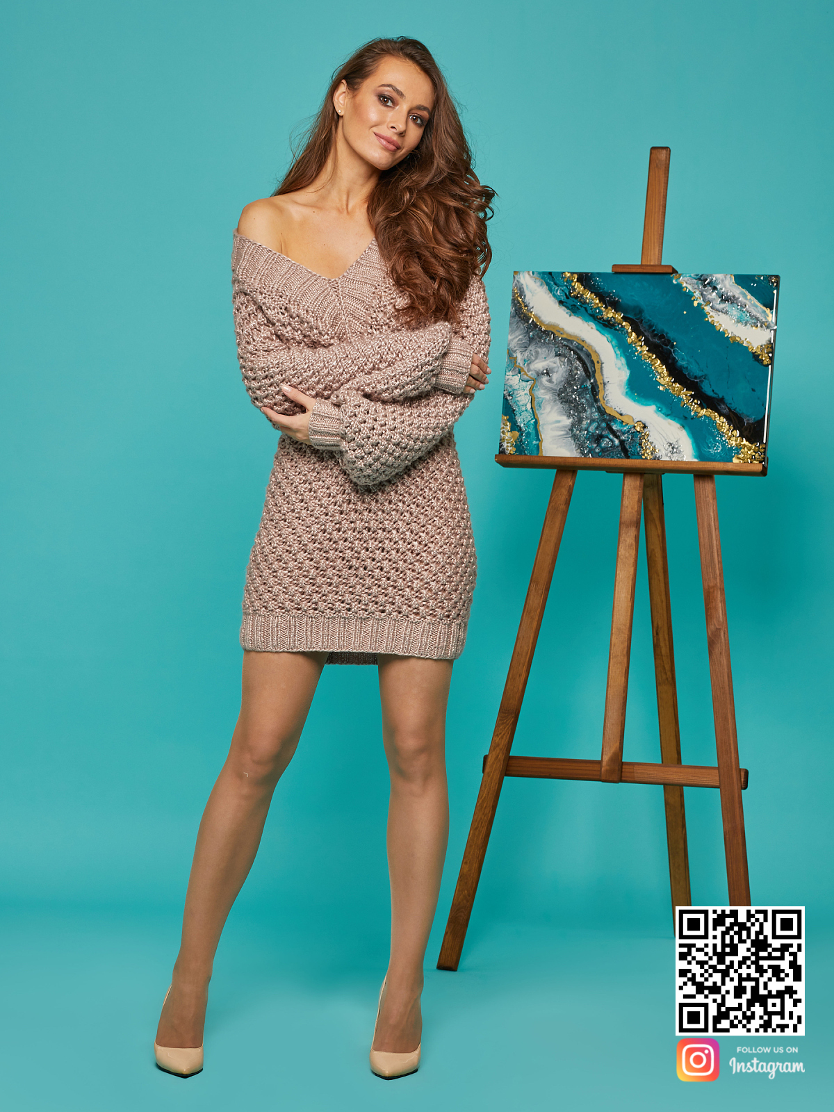 На фотографии женское длинное платье свитер от Shapar, бренда вязаной одежды ручной работы в интернет-магазине связанных спицами вещей.