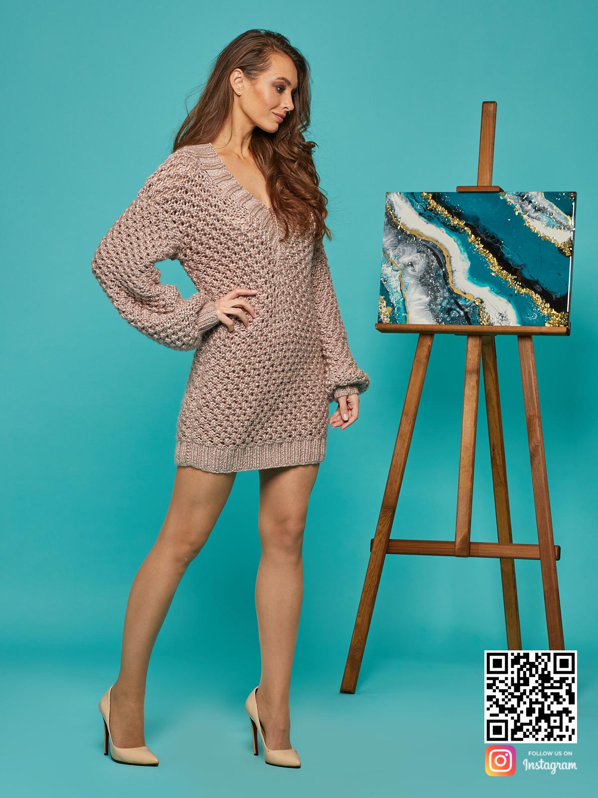 На третьей фотографии длинное платье свитер для девушек от Shapar, бренда вязаной одежды ручной работы в интернет-магазине связанных спицами вещей.