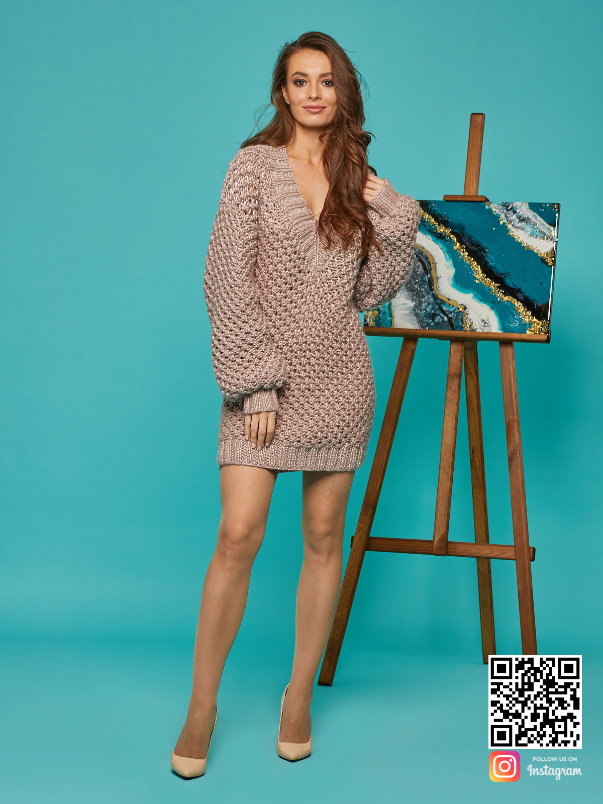 На шестой фотографии женское длинное платье свитер с V вырезом от Shapar, бренда вязаной одежды ручной работы в интернет-магазине связанных спицами вещей.