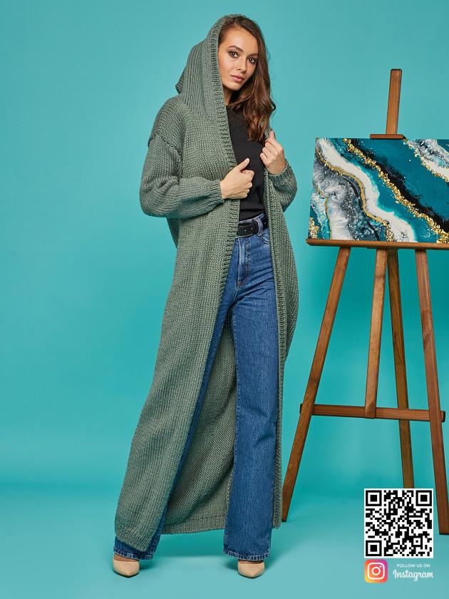 На фотографии длинный кардиган с капюшоном от Shapar, бренда вязаной одежды ручной работы в интернет-магазине связанных спицами вещей.