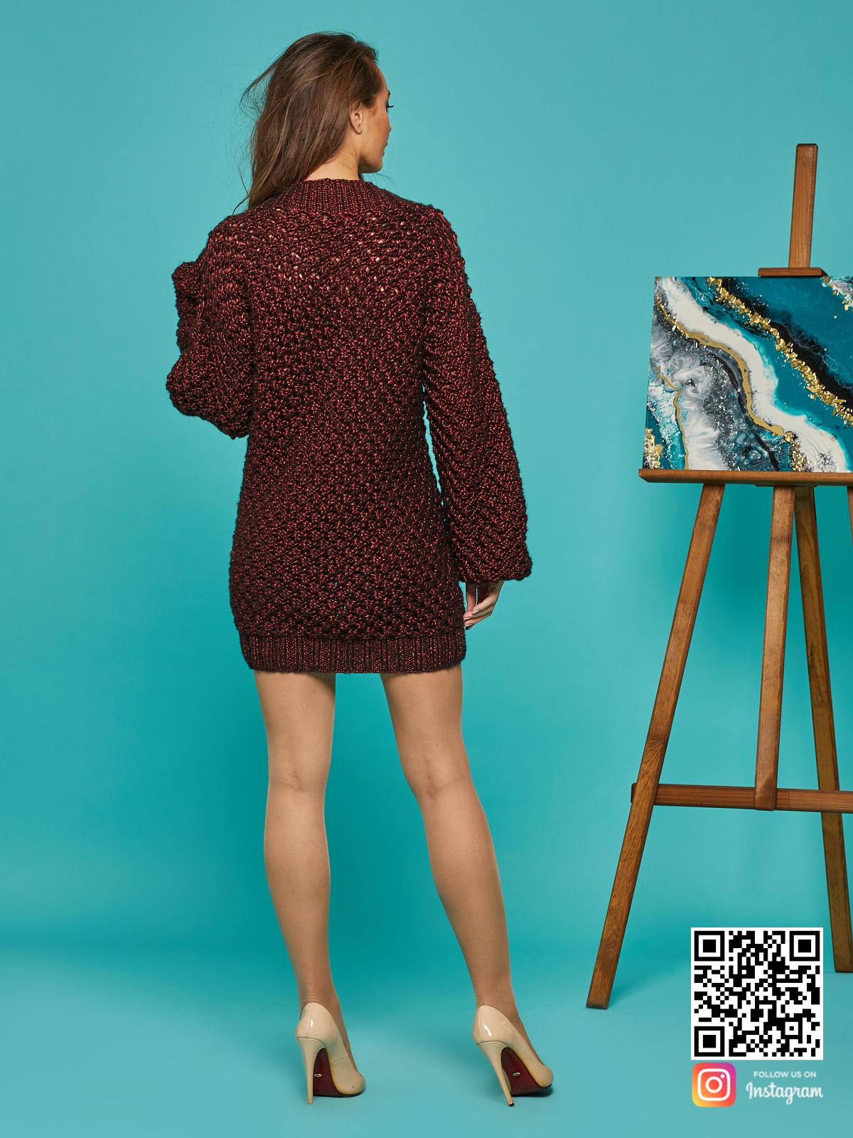 На второй фотографии женский длинный свитер оверсайз со спины от Shapar, бренда вязаной одежды ручной работы в интернет-магазине связанных спицами вещей.