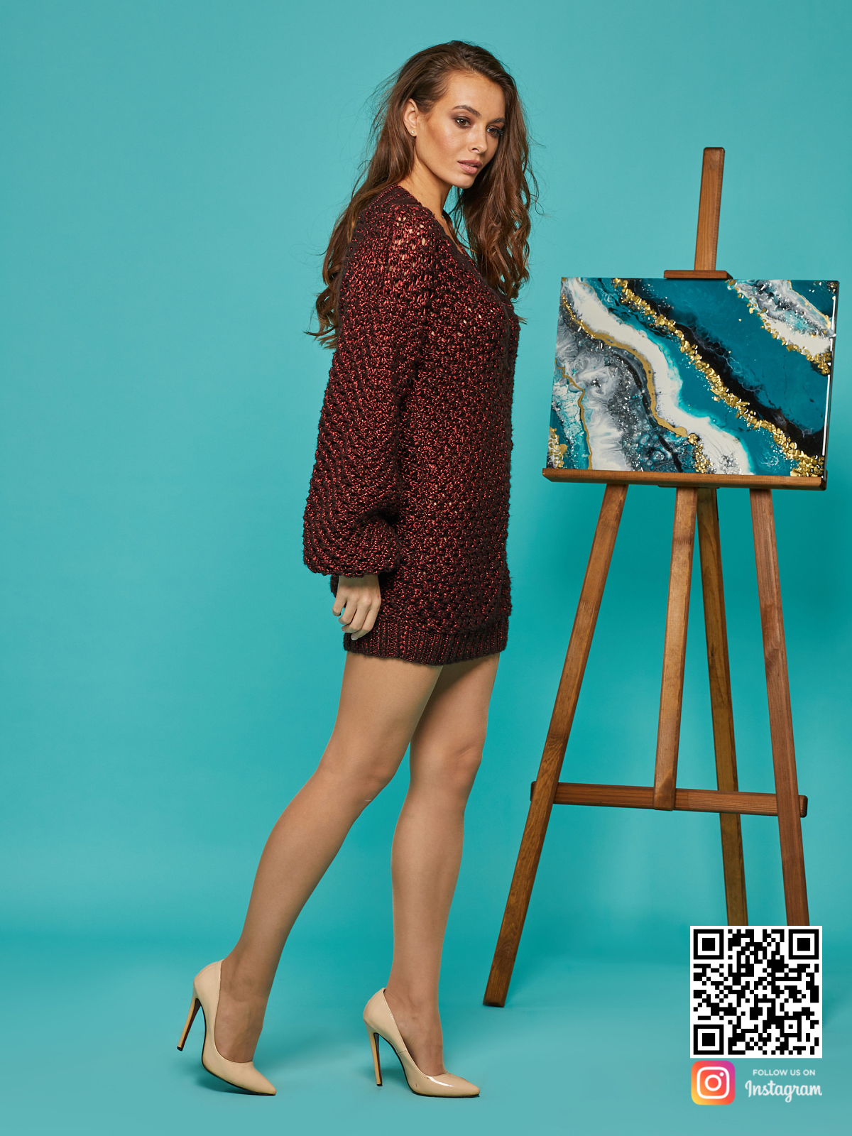 На четвертой фотографии модный длинный свитер оверсайз для девушек и женщин от Shapar, бренда вязаной одежды ручной работы в интернет-магазине связанных спицами вещей.