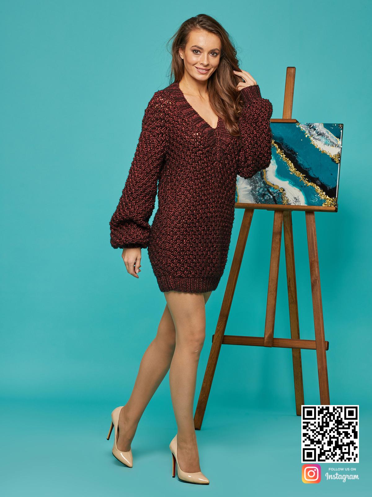 На третьей фотографии женский длинный свитер оверсайз бордового цвета от Shapar, бренда вязаной одежды ручной работы в интернет-магазине связанных спицами вещей.