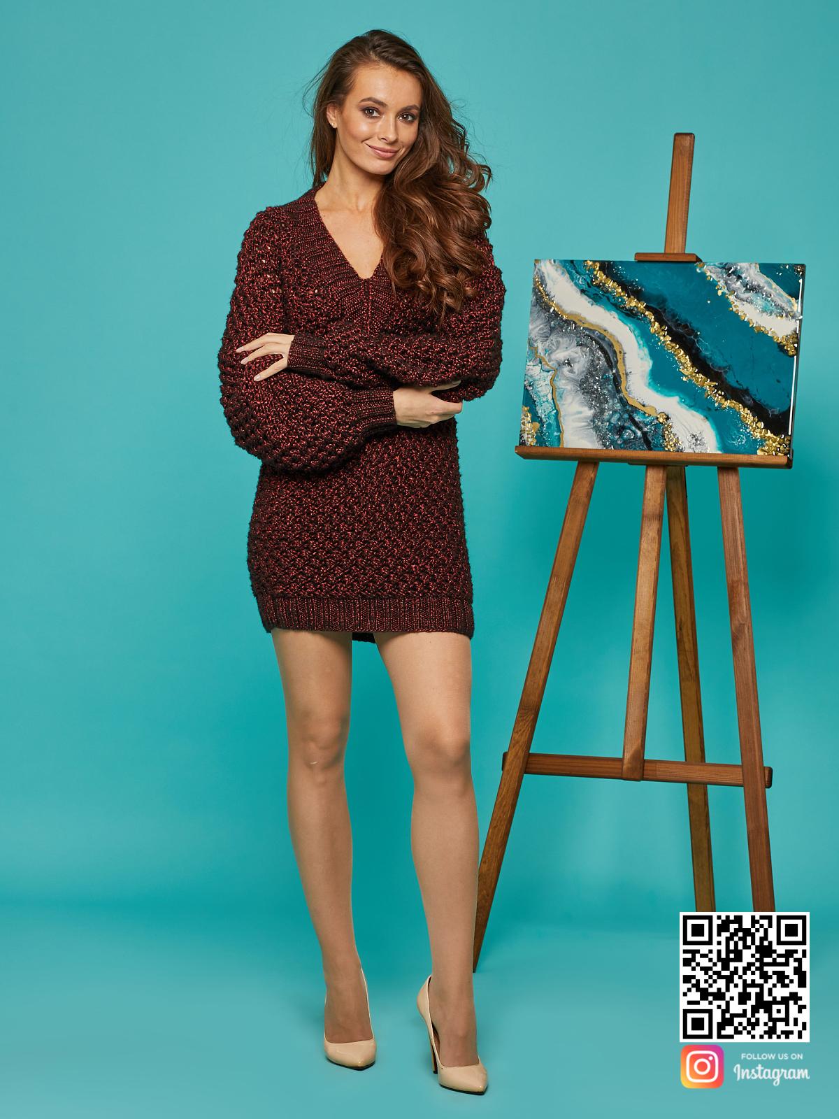 На пятой фотографии бордовый длинный свитер оверсайз от Shapar, бренда вязаной одежды ручной работы в интернет-магазине связанных спицами вещей.