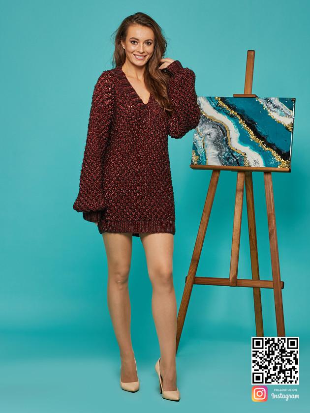 На фотографии женский длинный свитер оверсайз от Shapar, бренда вязаной одежды ручной работы в интернет-магазине связанных спицами вещей.