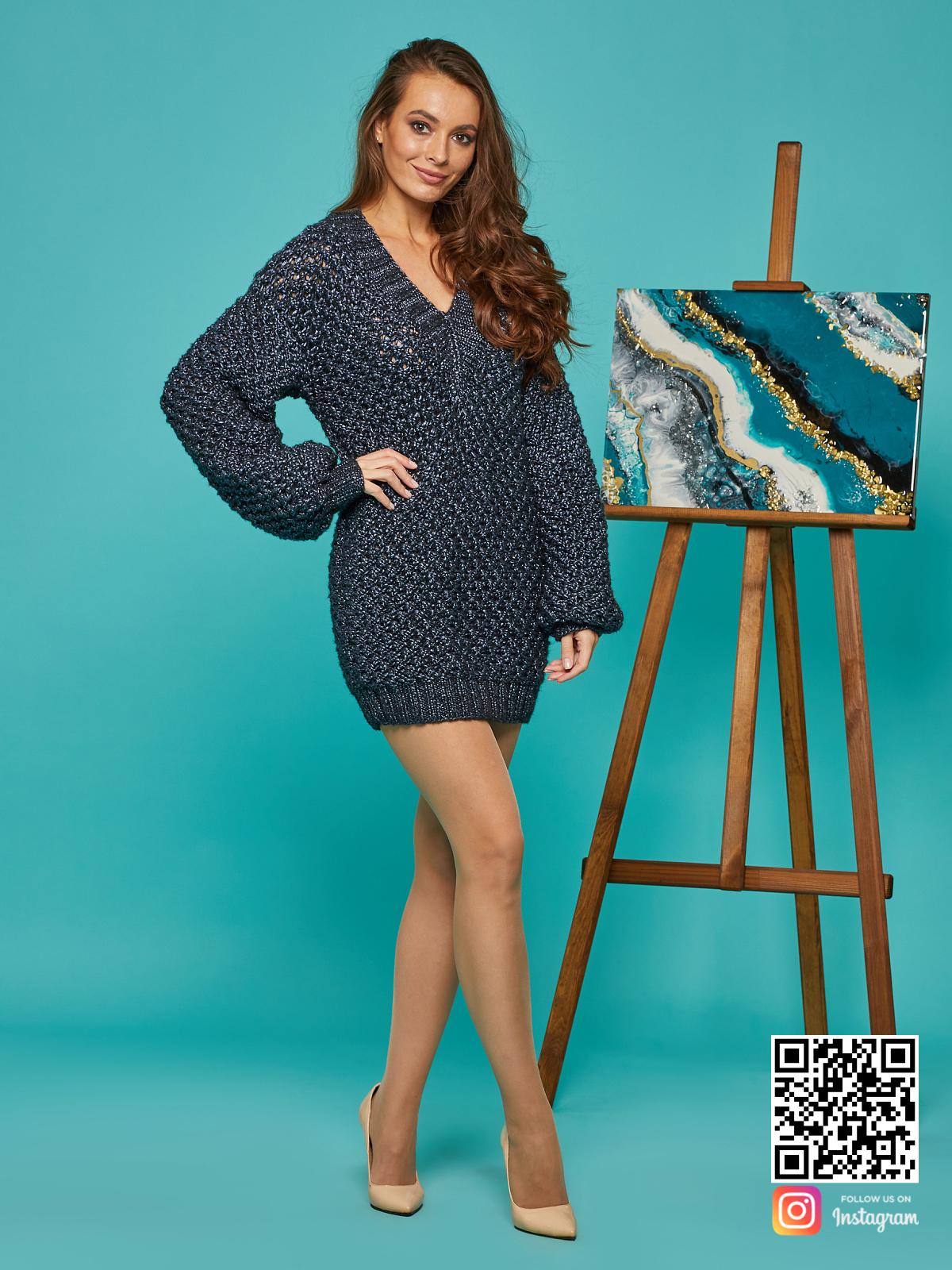 На пятой фотографии стильный длинный свитер женский от Shapar, бренда вязаной одежды ручной работы в интернет-магазине связанных спицами вещей.