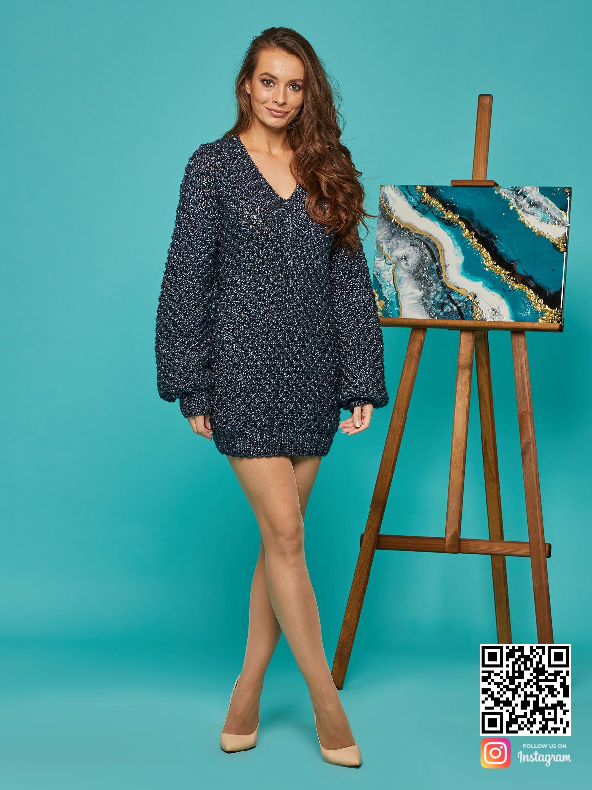 На третьей фотографии длинный свитер женский с V вырезом от Shapar, бренда вязаной одежды ручной работы в интернет-магазине связанных спицами вещей.