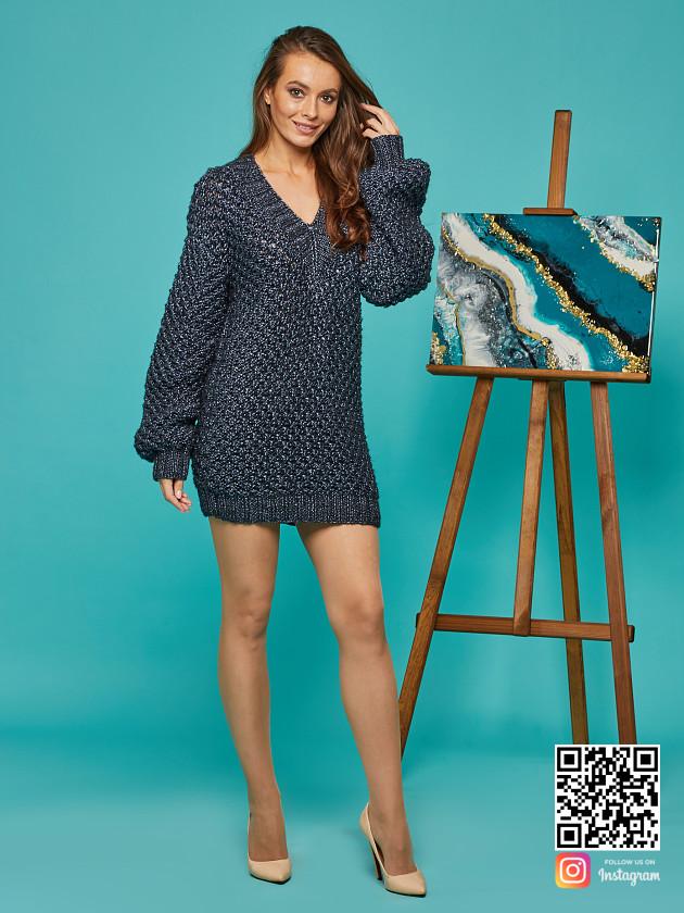 На фотографии длинный свитер женский от Shapar, бренда вязаной одежды ручной работы в интернет-магазине связанных спицами вещей.