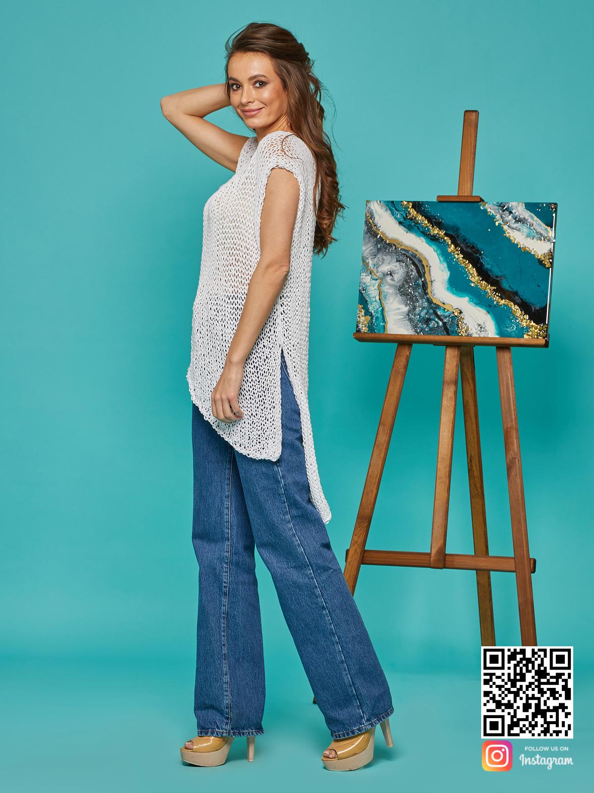 На третьей фотографии женская футболка сетка с разрезами от Shapar, бренда вязаной одежды ручной работы в интернет-магазине связанных спицами вещей.