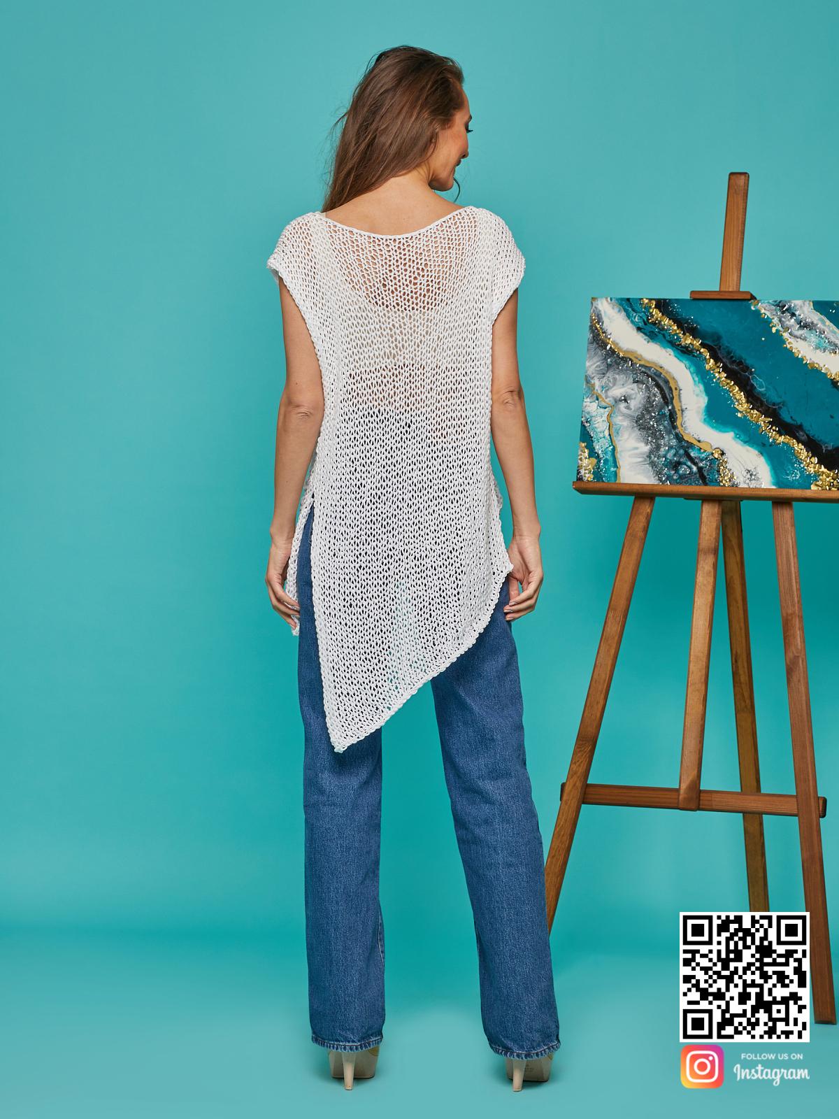На второй фотографии женская футболка сетка со спины от Shapar, бренда вязаной одежды ручной работы в интернет-магазине связанных спицами вещей.