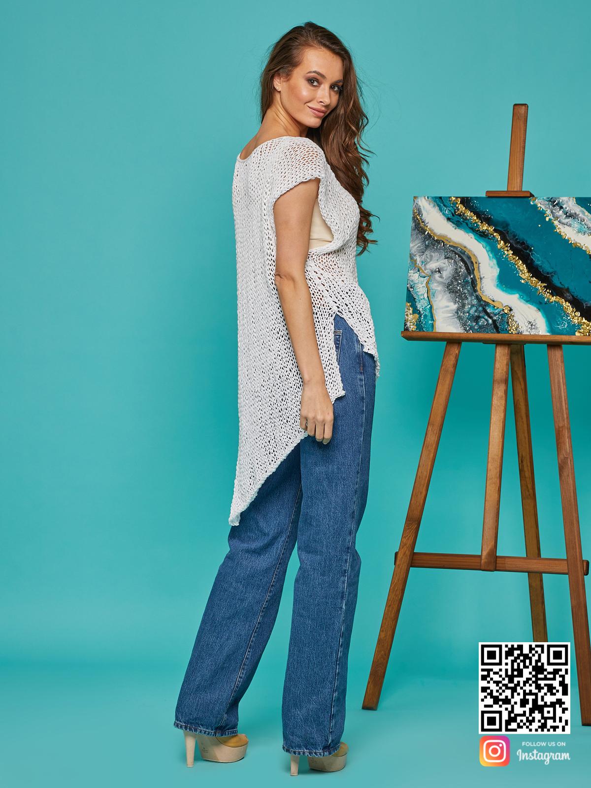 На пятой фотографии женская футболка сетка с асимметричным низом от Shapar, бренда вязаной одежды ручной работы в интернет-магазине связанных спицами вещей.
