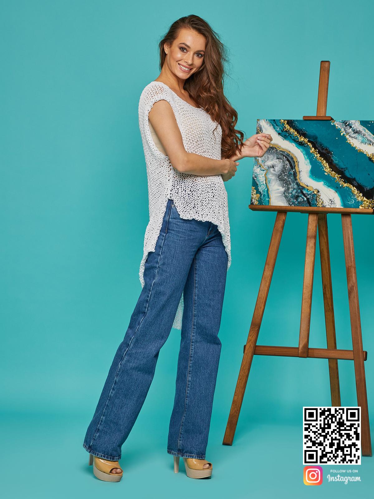 На четвертой фотографии белая футболка сетка от Shapar, бренда вязаной одежды ручной работы в интернет-магазине связанных спицами вещей.
