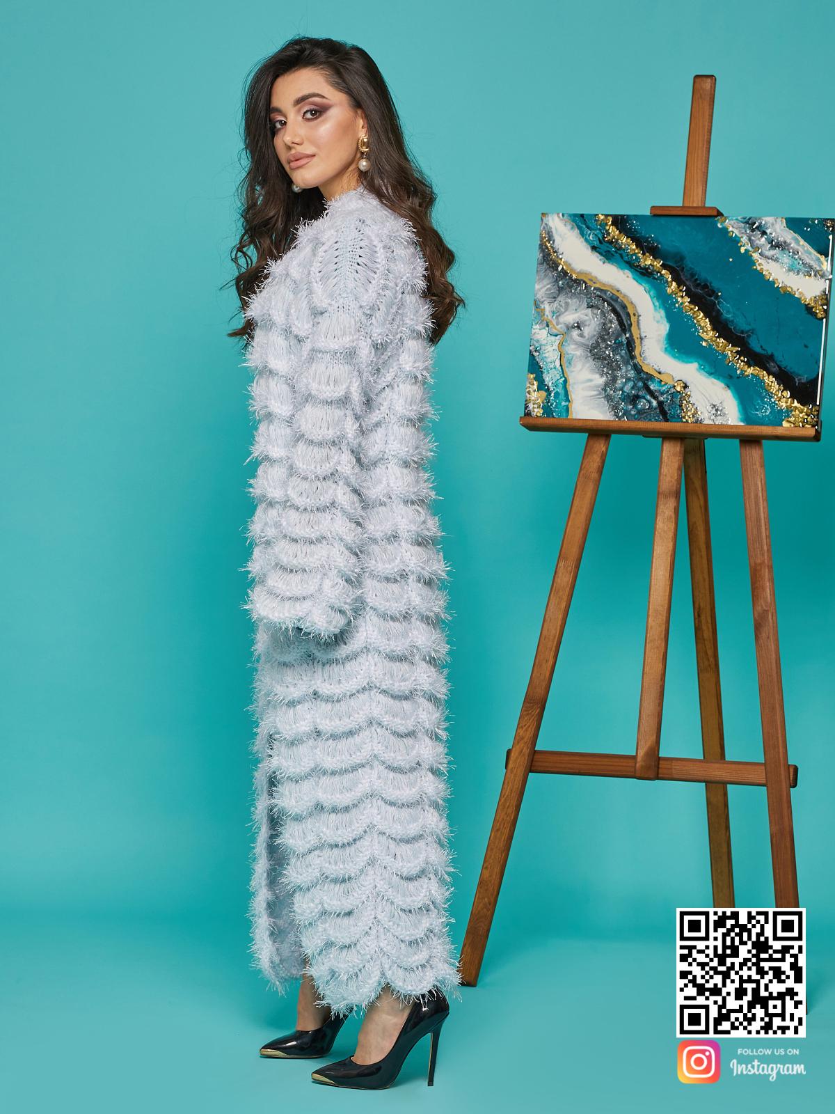На пятой фотографии женский ажурный кардиган голубого цвета от Shapar, бренда вязаной одежды ручной работы в интернет-магазине связанных спицами вещей.