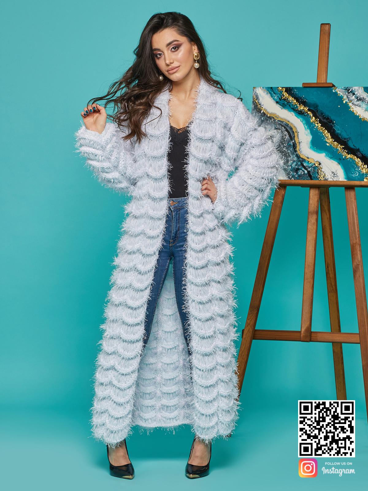 На третьей фотографии длинный голубой кардиган женский от Shapar, бренда вязаной одежды ручной работы в интернет-магазине связанных спицами вещей.