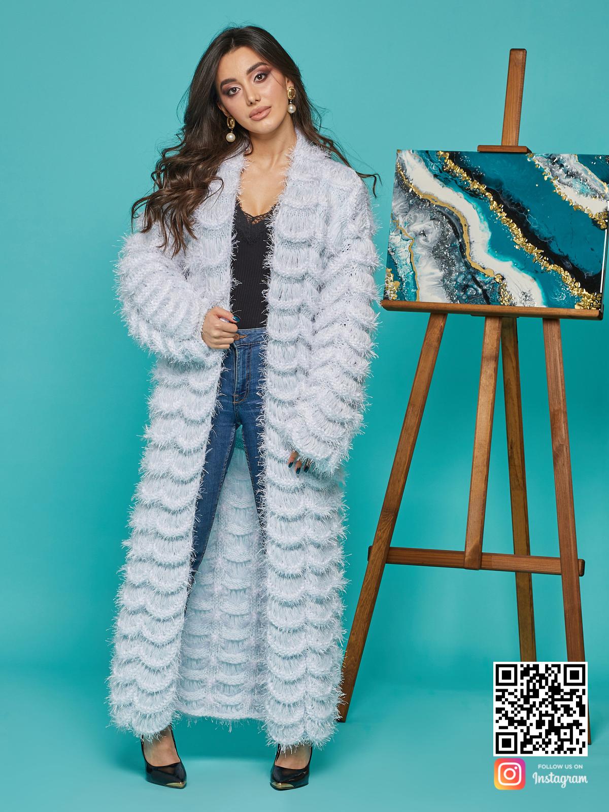 На фотографии голубой кардиган женский от Shapar, бренда вязаной одежды ручной работы в интернет-магазине связанных спицами вещей.