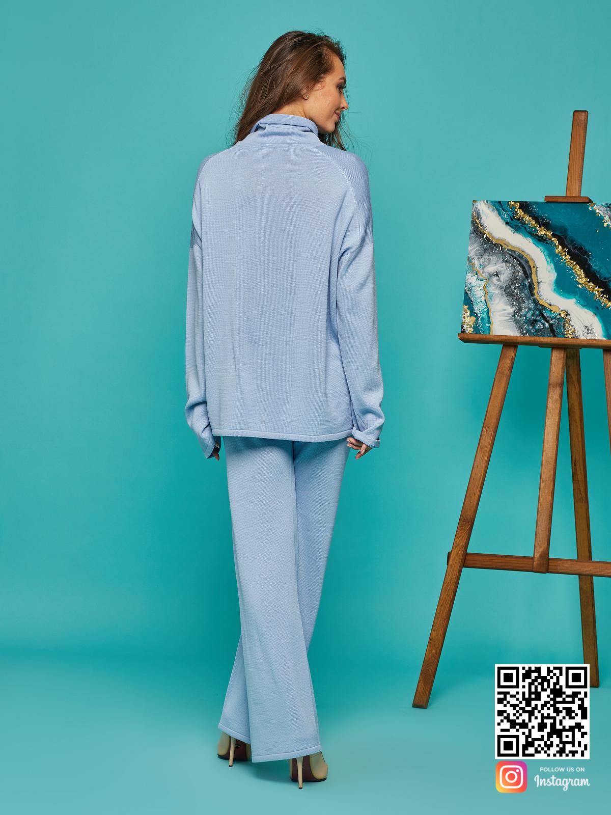 На шестой фотографии свободный голубой костюм женский от Shapar, бренда вязаной одежды ручной работы в интернет-магазине связанных спицами вещей.