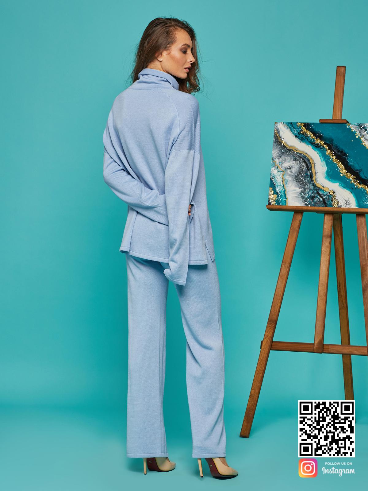 На второй фотографии голубой костюм женский со спины от Shapar, бренда вязаной одежды ручной работы в интернет-магазине связанных спицами вещей.
