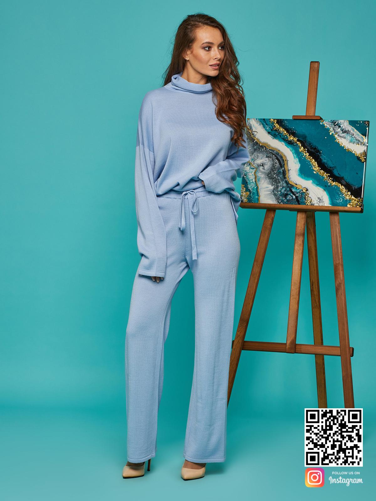 На четвертой фотографии женский костюм голубого цвета от Shapar, бренда вязаной одежды ручной работы в интернет-магазине связанных спицами вещей.
