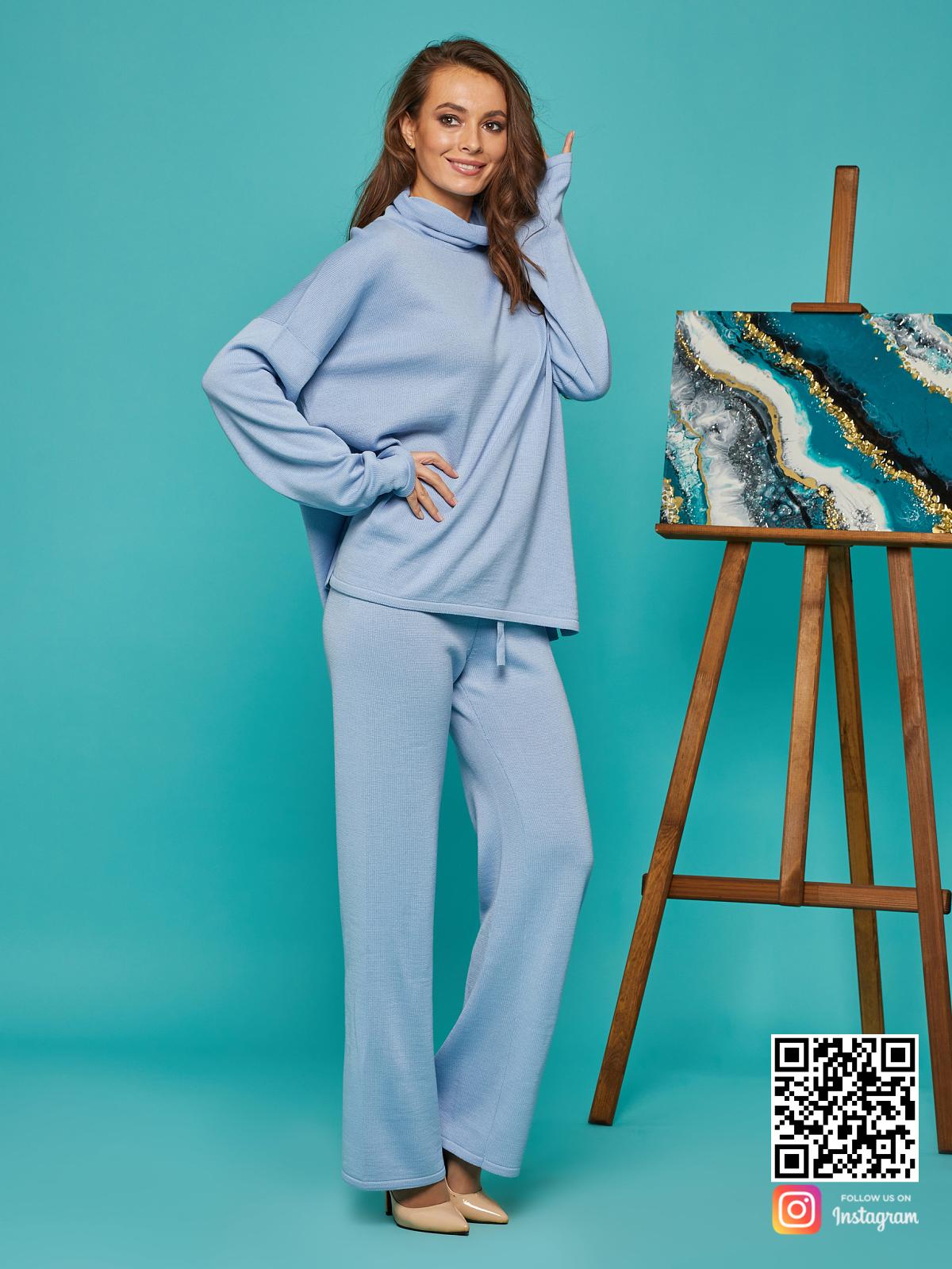 На пятой фотографии голубой костюм женский оверсайз от Shapar, бренда вязаной одежды ручной работы в интернет-магазине связанных спицами вещей.