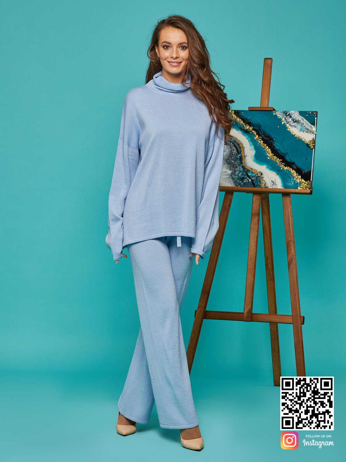 На седьмой фотографии модный голубой костюм женский от Shapar, бренда вязаной одежды ручной работы в интернет-магазине связанных спицами вещей.