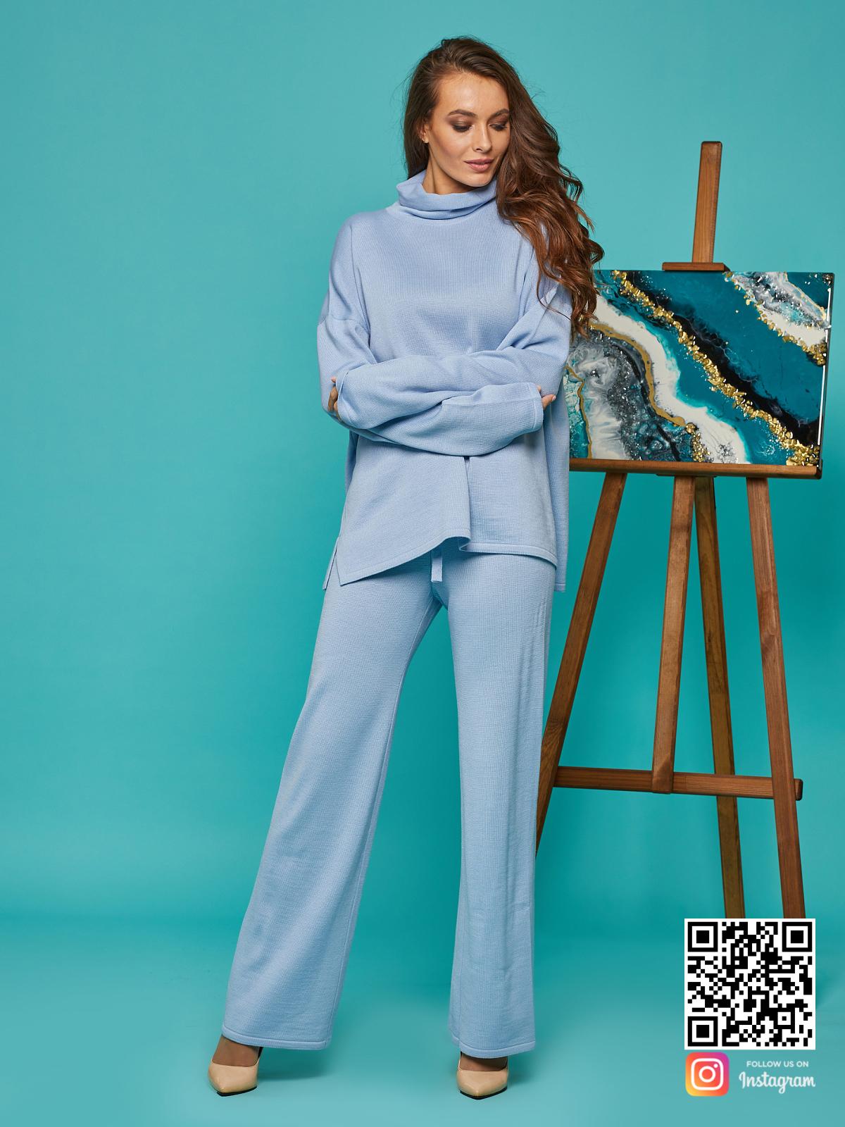 На третьей фотографии голубой костюм женский с воротником от Shapar, бренда вязаной одежды ручной работы в интернет-магазине связанных спицами вещей.