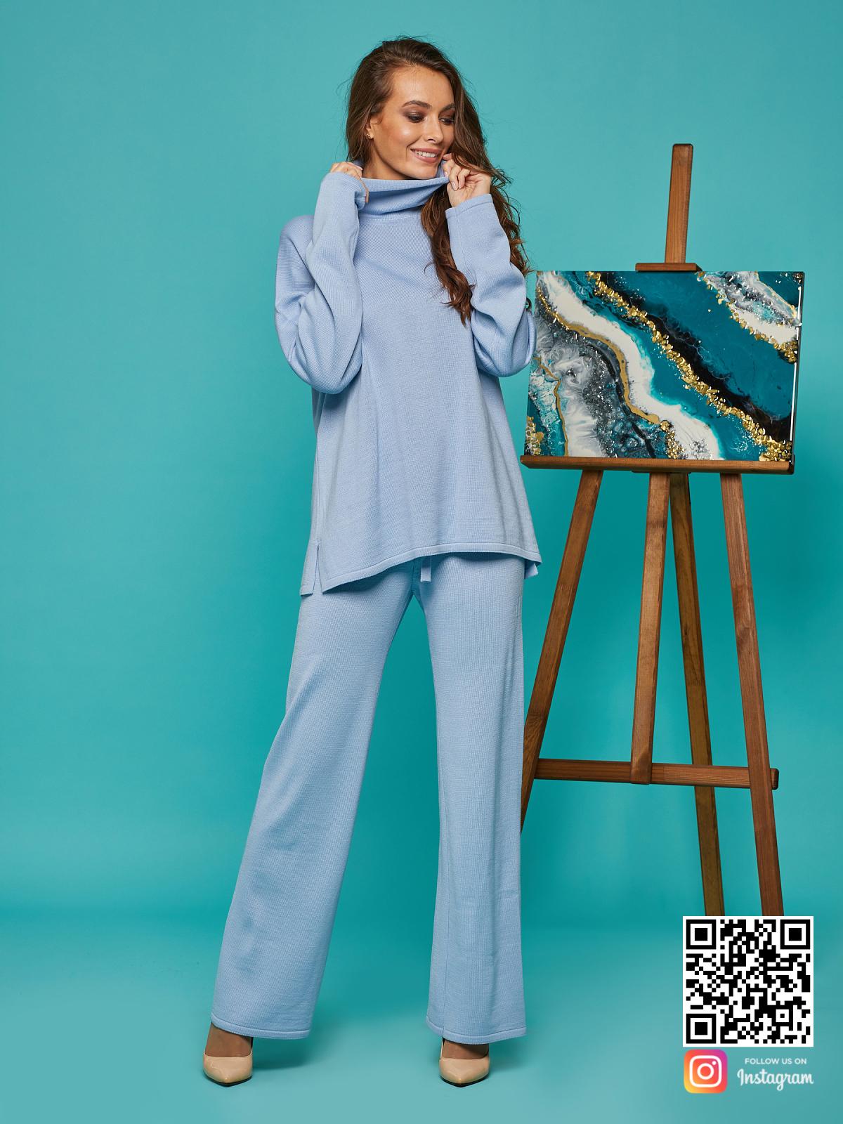 На фотографии голубой костюм женский от Shapar, бренда вязаной одежды ручной работы в интернет-магазине связанных спицами вещей.