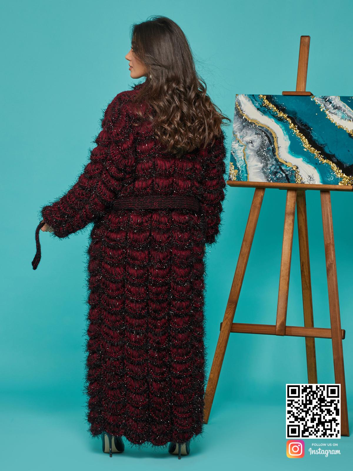 На второй фотографии женский кардиган бордового цвета со спины от Shapar, бренда вязаной одежды ручной работы в интернет-магазине связанных спицами вещей.