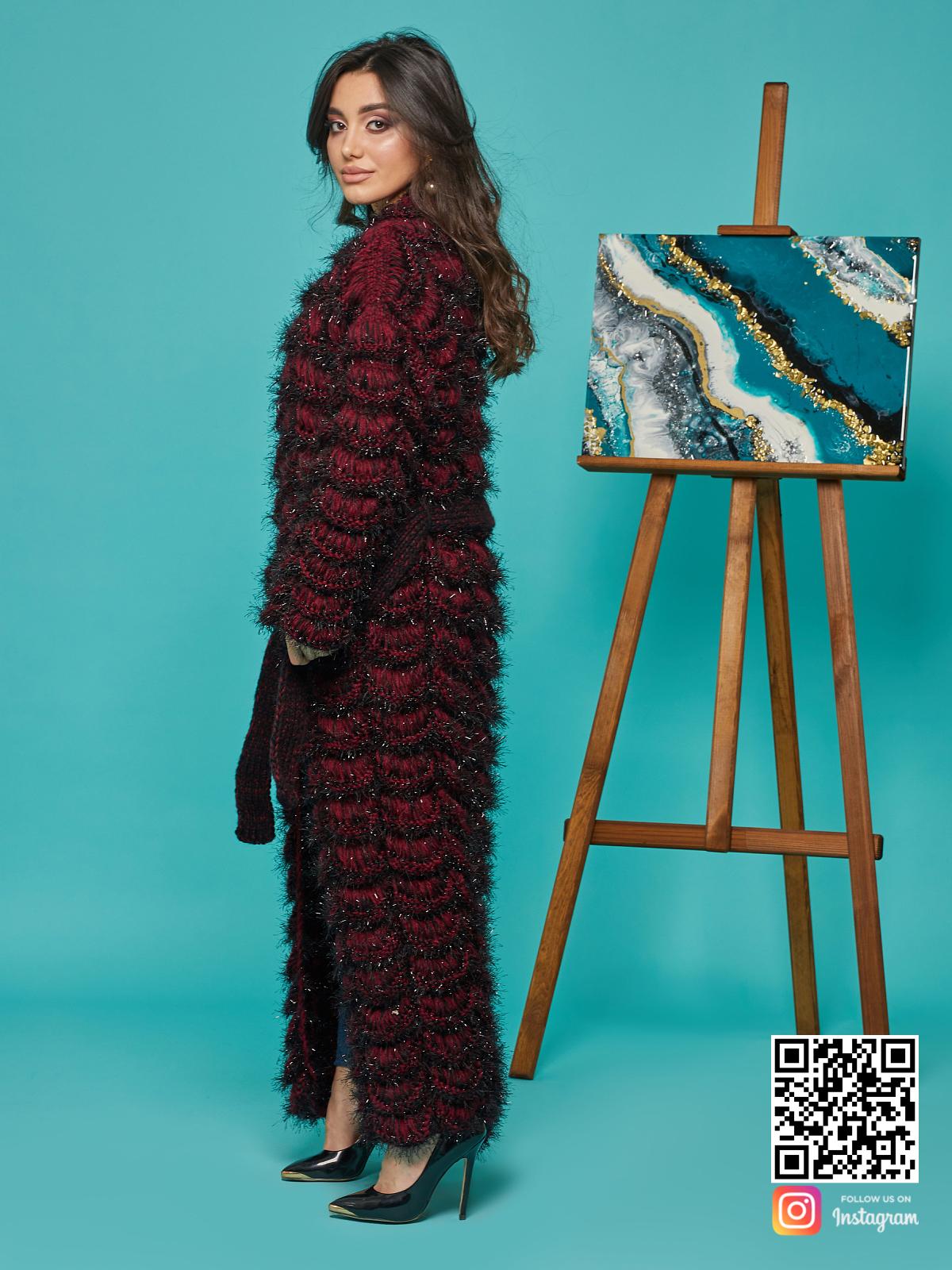 На пятой фотографии длинный женский кардиган бордового цвета от Shapar, бренда вязаной одежды ручной работы в интернет-магазине связанных спицами вещей.