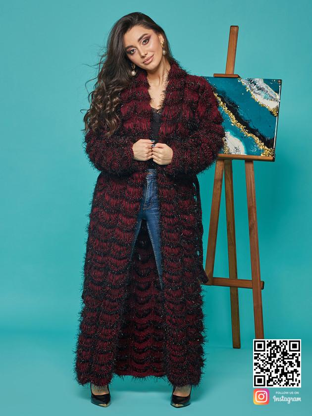 На фотографии женский кардиган бордового цвета от Shapar, бренда вязаной одежды ручной работы в интернет-магазине связанных спицами вещей.