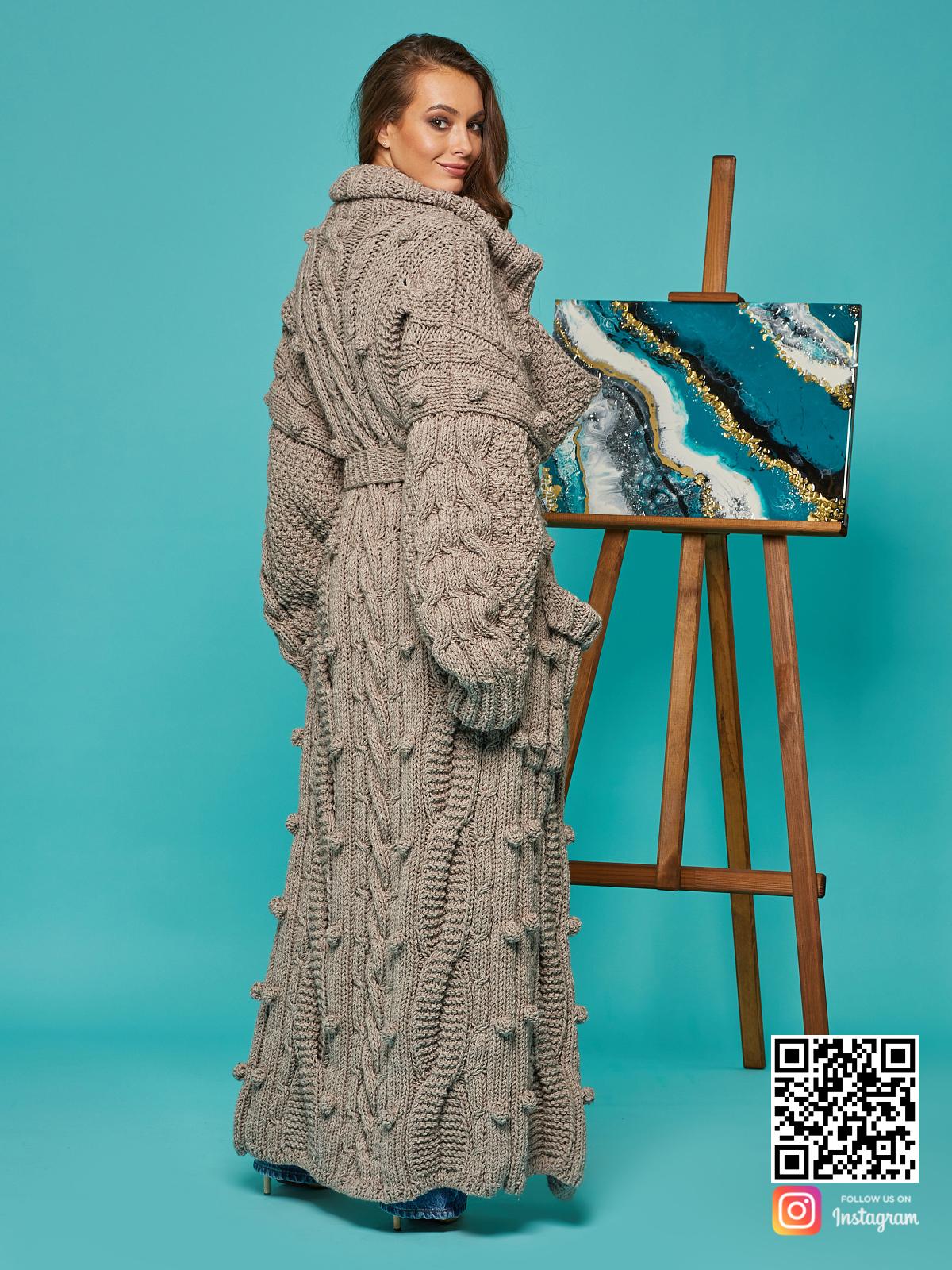 На девятой фотографии кардиган женский оверсайз в косах от Shapar, бренда вязаной одежды ручной работы в интернет-магазине связанных спицами вещей.