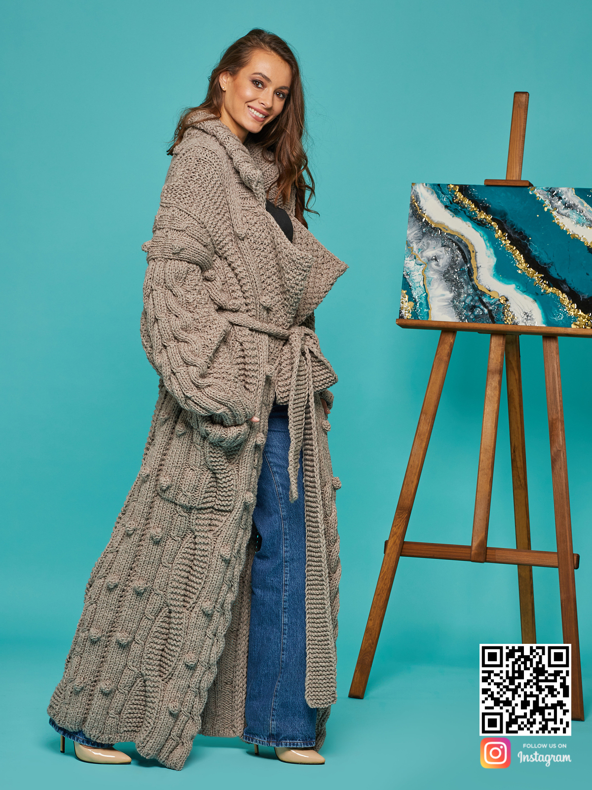 На второй фотографии кардиган женский оверсайз с поясом от Shapar, бренда вязаной одежды ручной работы в интернет-магазине связанных спицами вещей.