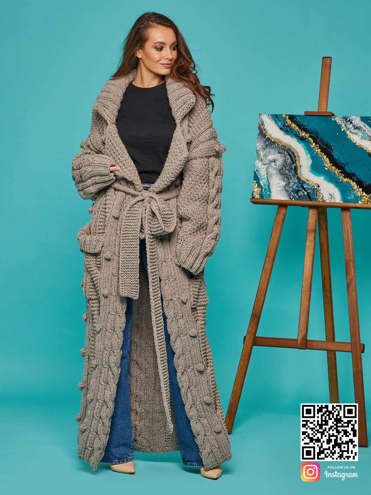 На седьмой фотографии стильный кардиган женский оверсайз от Shapar, бренда вязаной одежды ручной работы в интернет-магазине связанных спицами вещей.