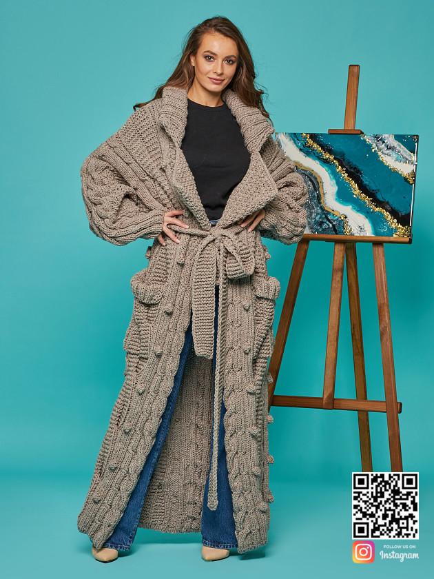На фотографии кардиган женский оверсайз от Shapar, бренда вязаной одежды ручной работы в интернет-магазине связанных спицами вещей.