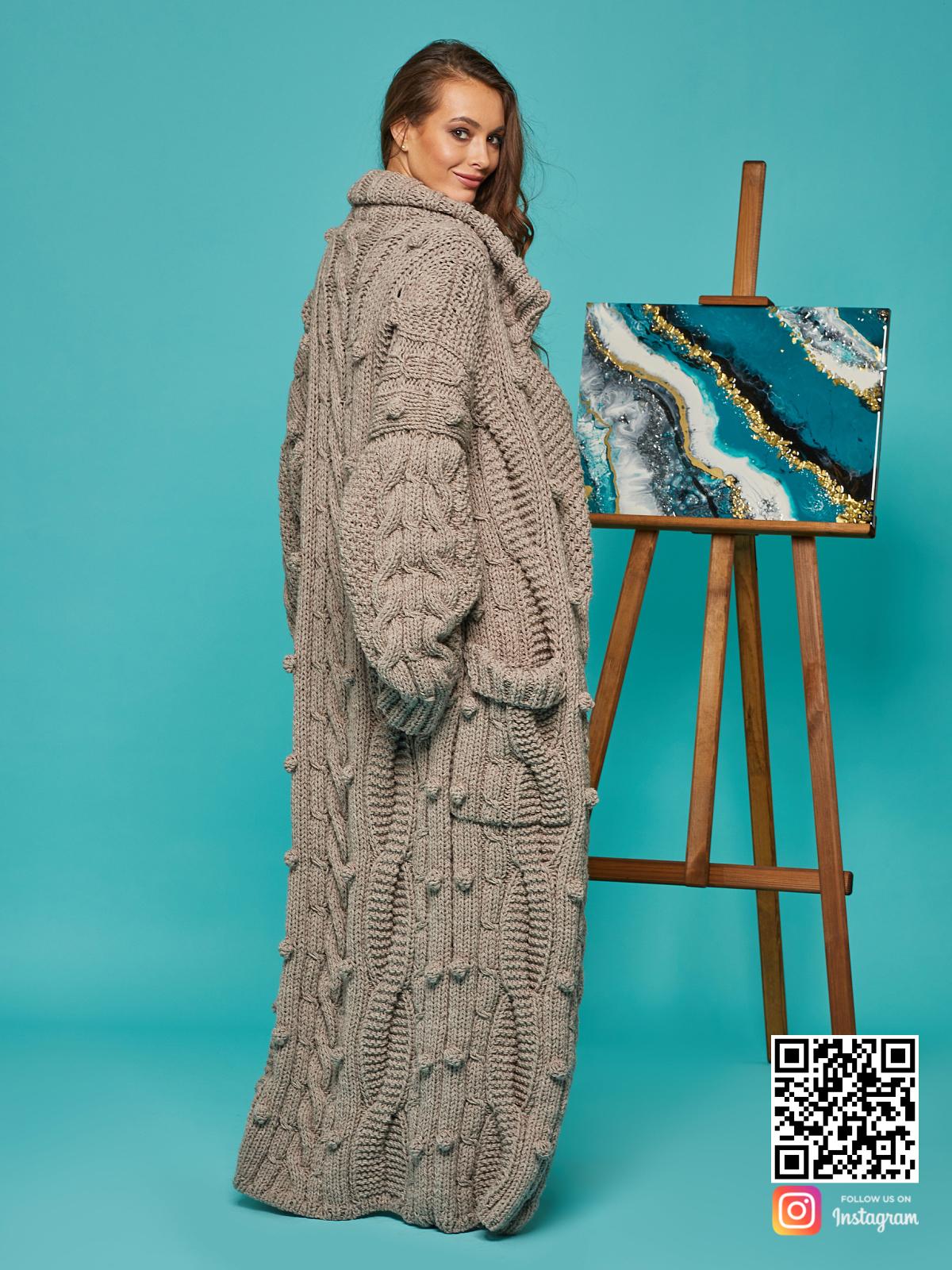 На третьей фотографии кардиган женский оверсайз со спины от Shapar, бренда вязаной одежды ручной работы в интернет-магазине связанных спицами вещей.