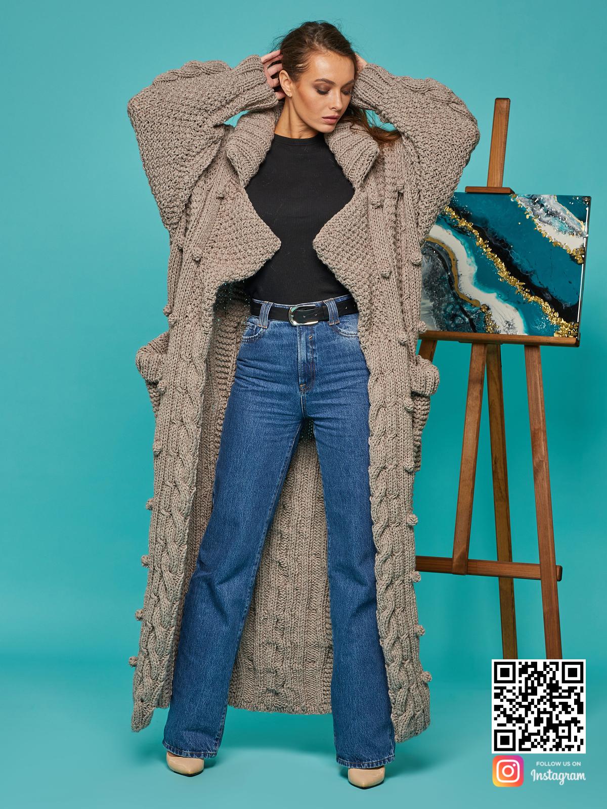 На восьмой фотографии коричневый кардиган женский оверсайз от Shapar, бренда вязаной одежды ручной работы в интернет-магазине связанных спицами вещей.