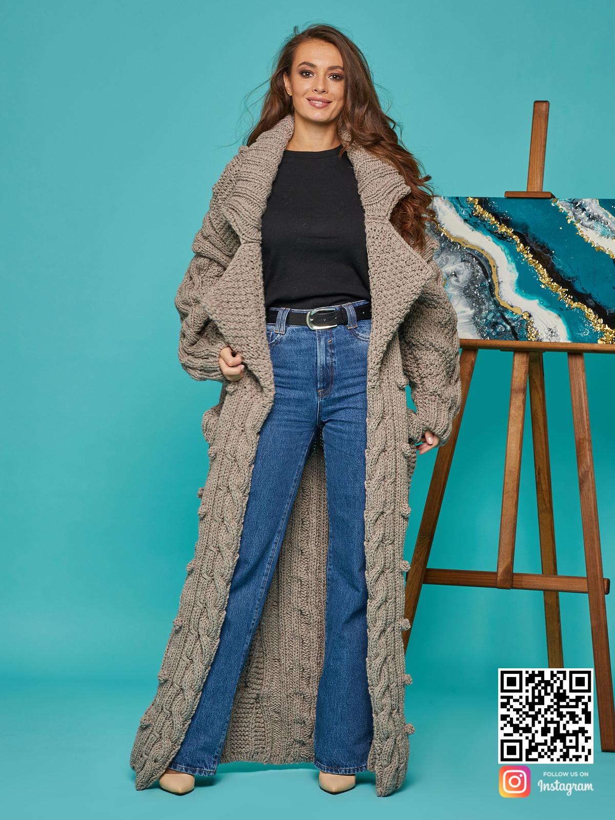 На четвертой фотографии кардиган женский оверсайз с объемным воротником от Shapar, бренда вязаной одежды ручной работы в интернет-магазине связанных спицами вещей.
