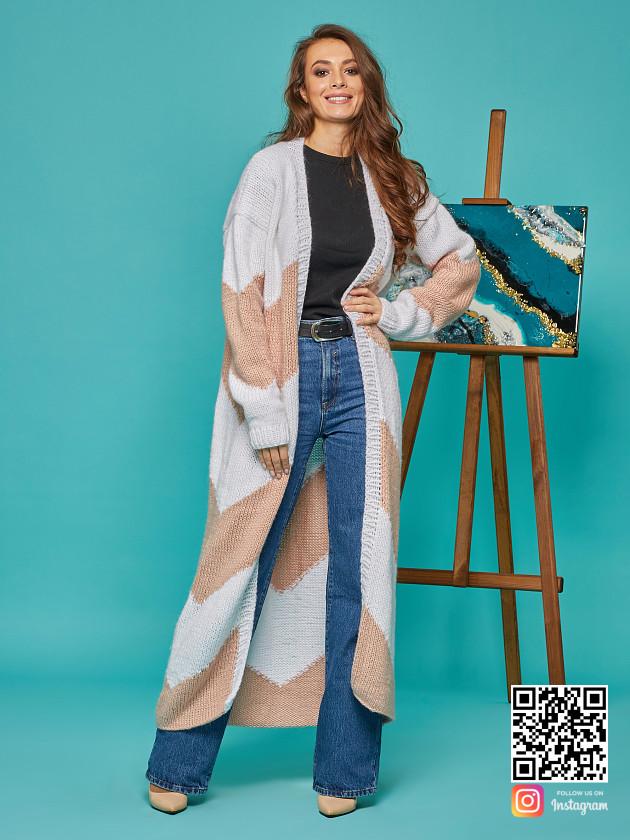 На фотографии женский кардиган зигзагом от Shapar, бренда вязаной одежды ручной работы в интернет-магазине связанных спицами вещей.