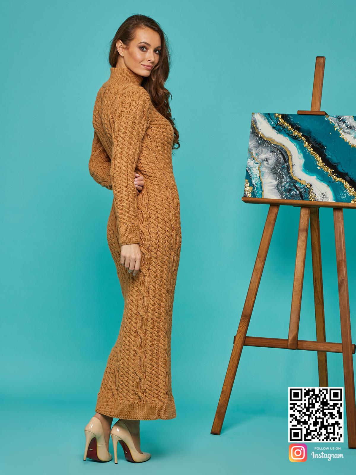 На третьей фотографии коричневое вязаное платье в косах от Shapar, бренда женской одежды ручной работы в интернет-магазине связанных спицами вещей.