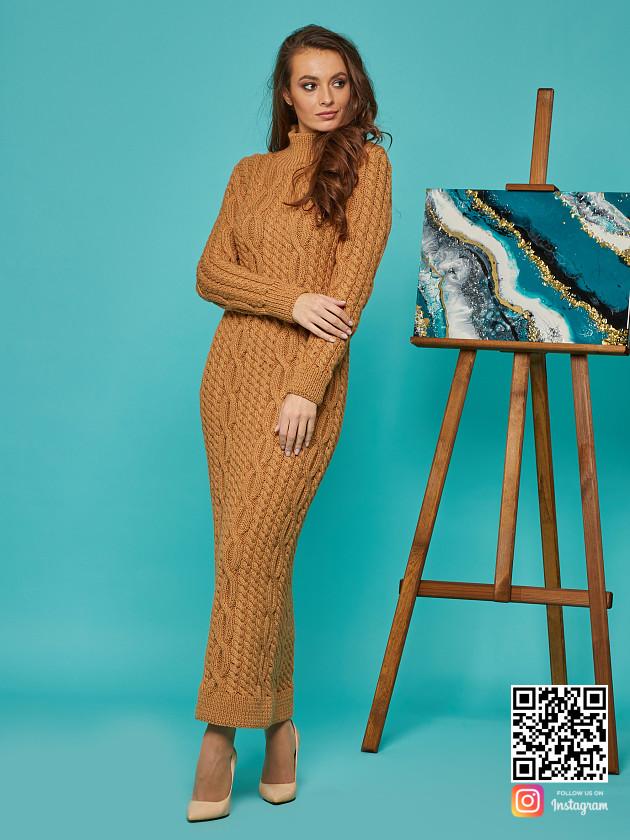 На фотографии коричневое вязаное платье от Shapar, бренда женской одежды ручной работы в интернет-магазине связанных спицами вещей.