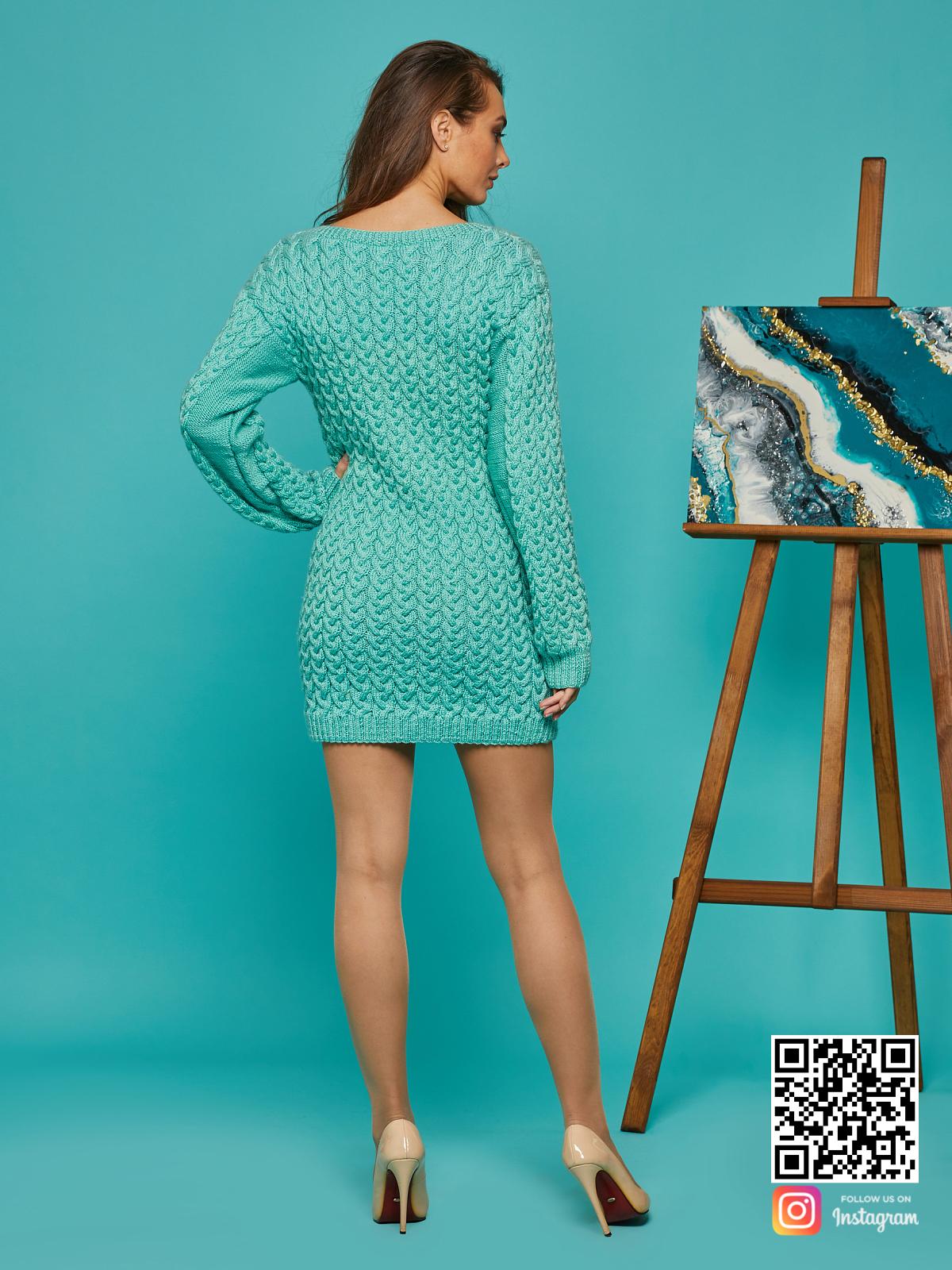 На пятой фотографии короткое вязаное платье бирюзового цвета от Shapar, бренда женской одежды ручной работы в интернет-магазине связанных спицами вещей.