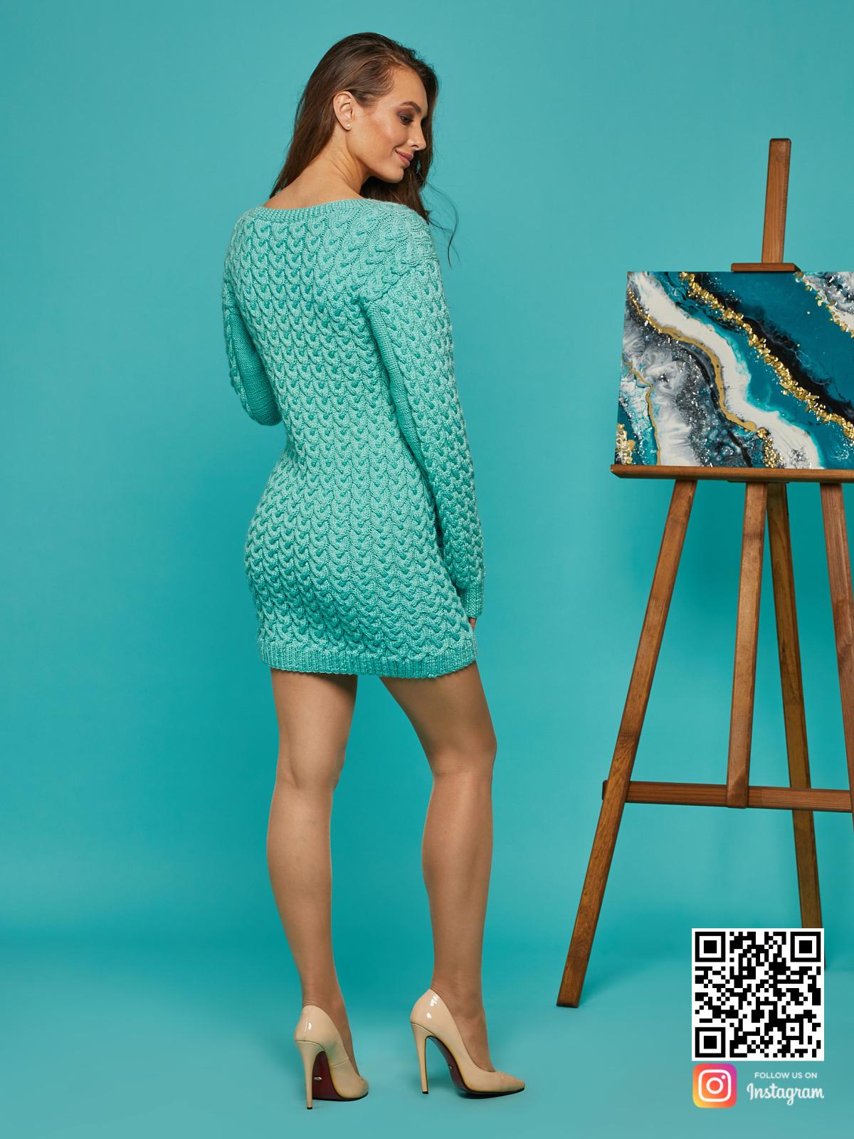 На второй фотографии короткое вязаное платье со спины от Shapar, бренда женской одежды ручной работы в интернет-магазине связанных спицами вещей.