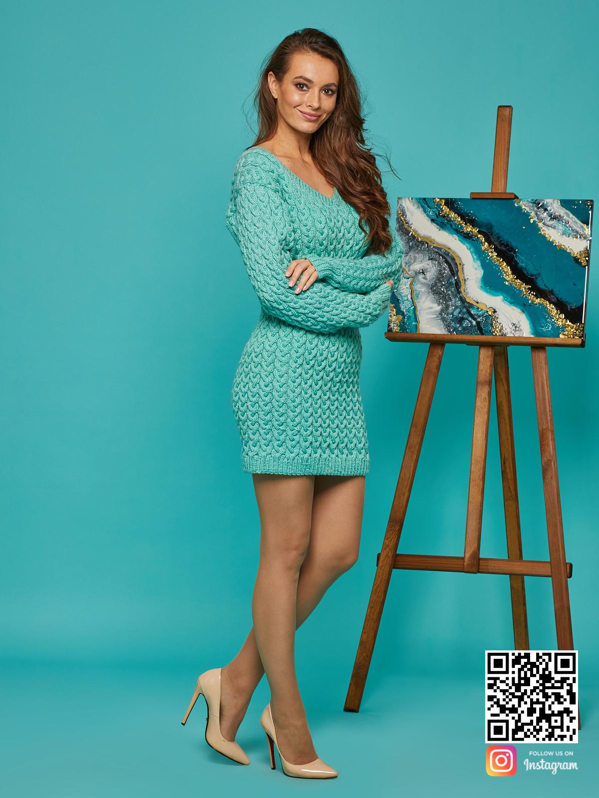 На четвертой фотографии короткое вязаное платье в косах от Shapar, бренда женской одежды ручной работы в интернет-магазине связанных спицами вещей.