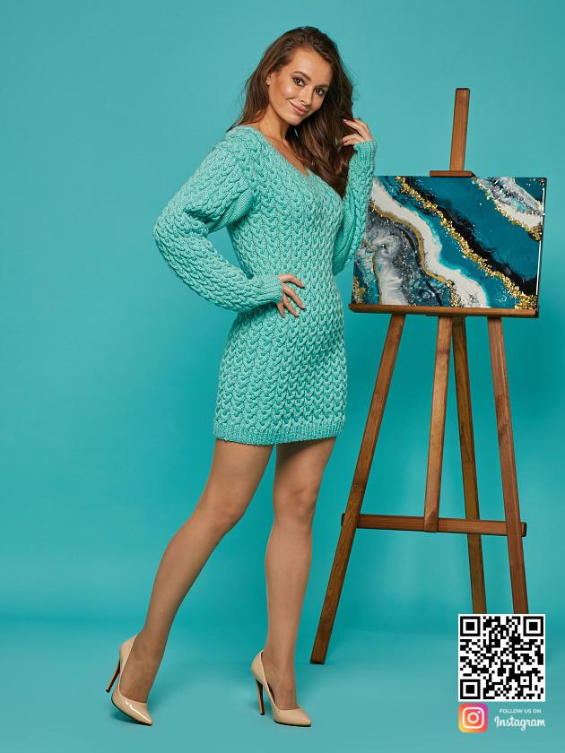 На фотографии короткое вязаное платье от Shapar, бренда женской одежды ручной работы в интернет-магазине связанных спицами вещей.