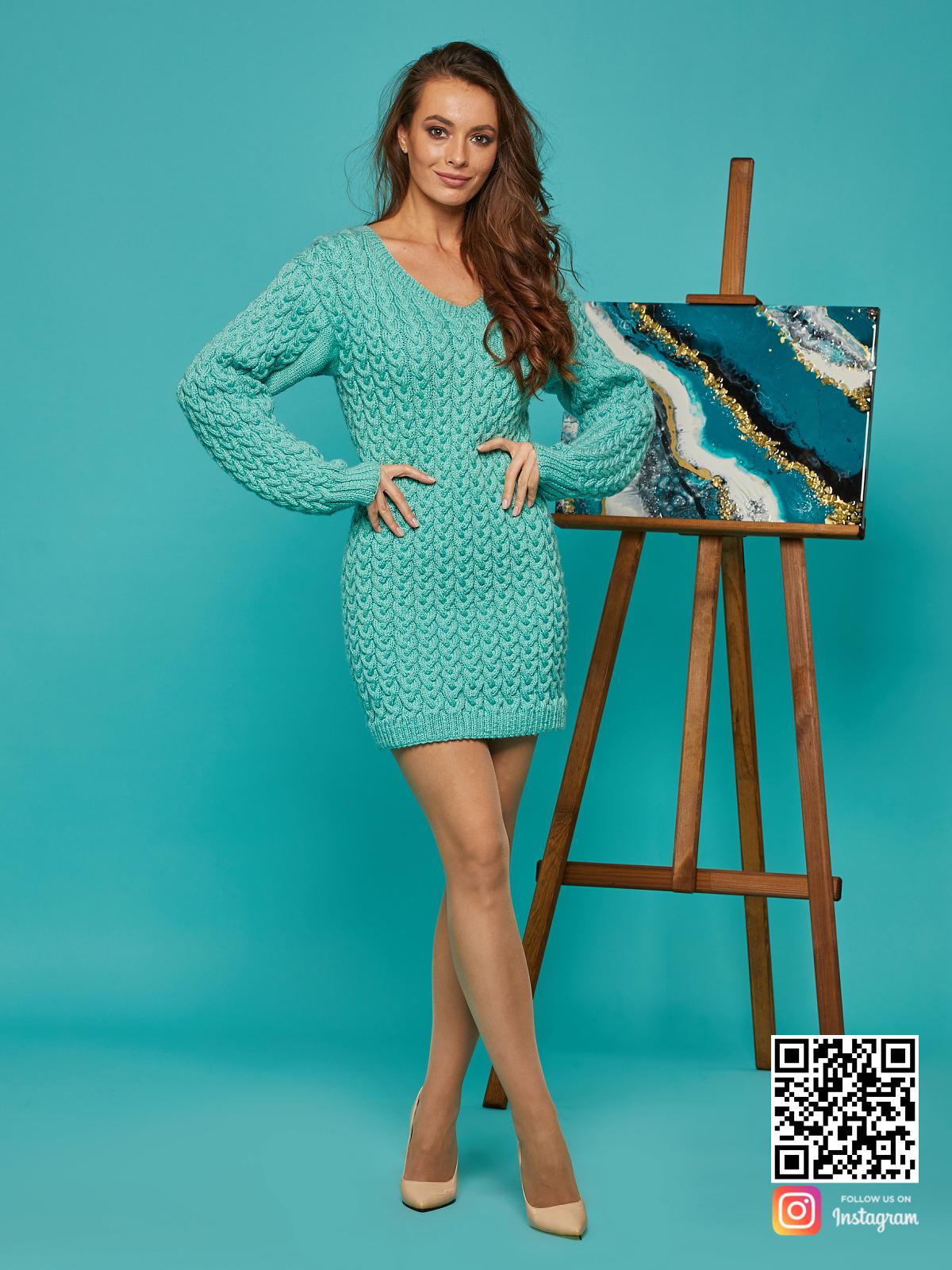 На шестой фотографии короткое вязаное платье с V вырезом от Shapar, бренда женской одежды ручной работы в интернет-магазине связанных спицами вещей.