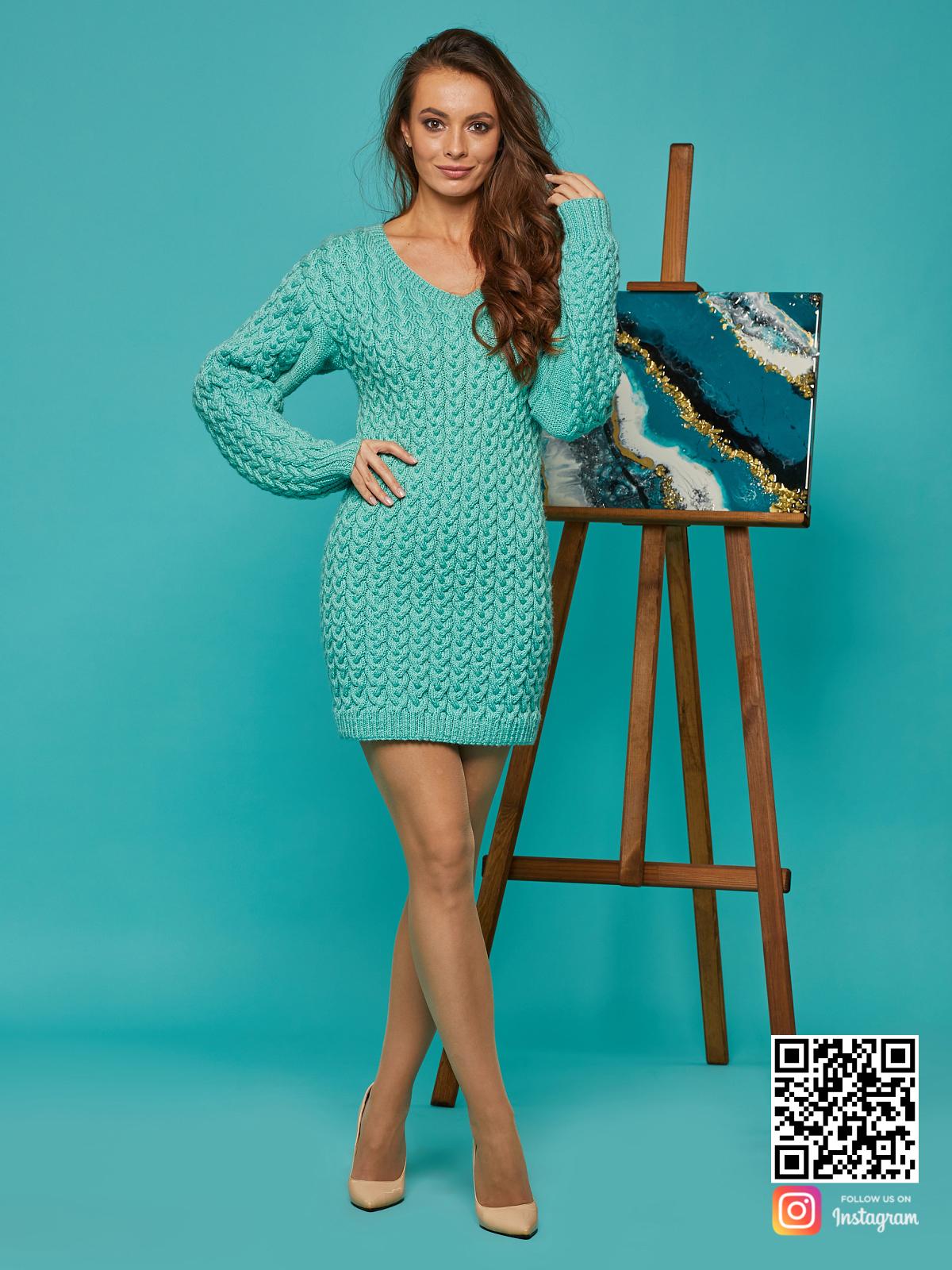 На третьей фотографии бирюзовое короткое вязаное платье от Shapar, бренда женской одежды ручной работы в интернет-магазине связанных спицами вещей.