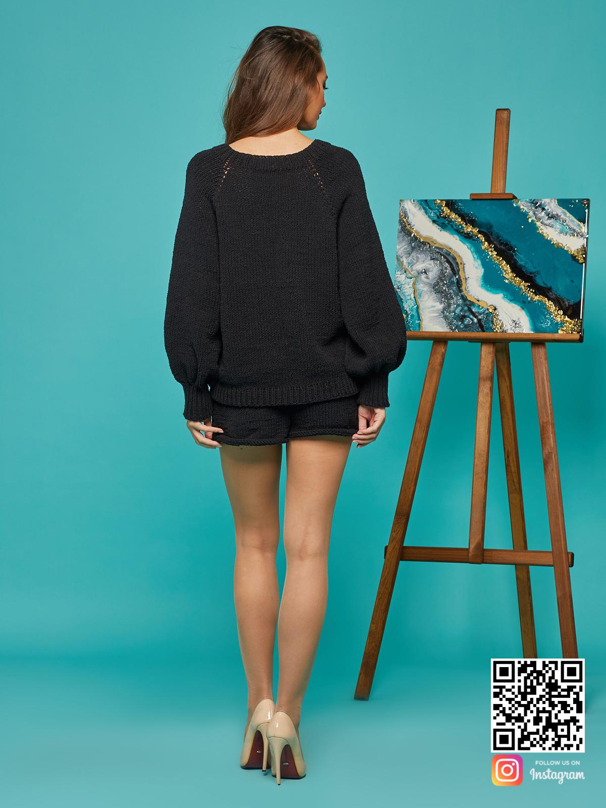 На второй фотографии костюм с шортами женский со спины от Shapar, бренда вязаной одежды ручной работы в интернет-магазине связанных спицами вещей.