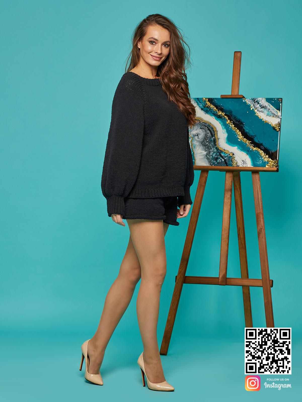 На третьей фотографии черный костюм с шортами женский от Shapar, бренда вязаной одежды ручной работы в интернет-магазине связанных спицами вещей.