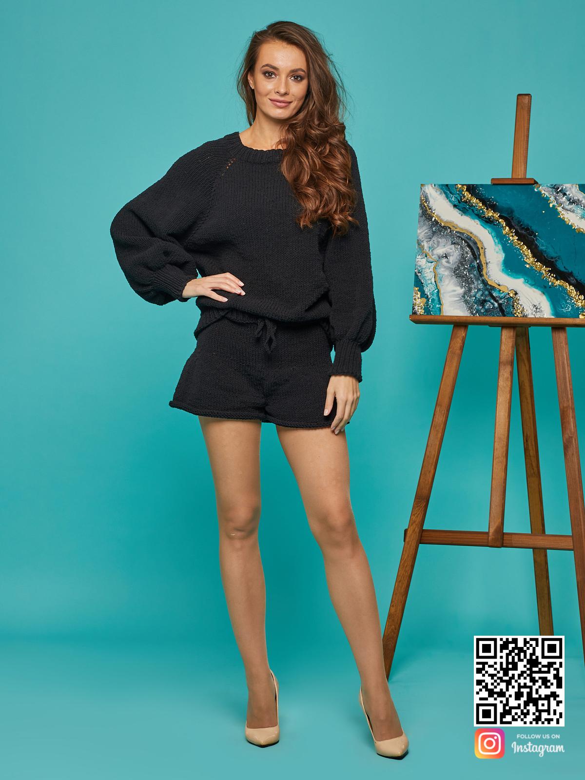 На шестой фотографии стильный костюм с шортами женский от Shapar, бренда вязаной одежды ручной работы в интернет-магазине связанных спицами вещей.
