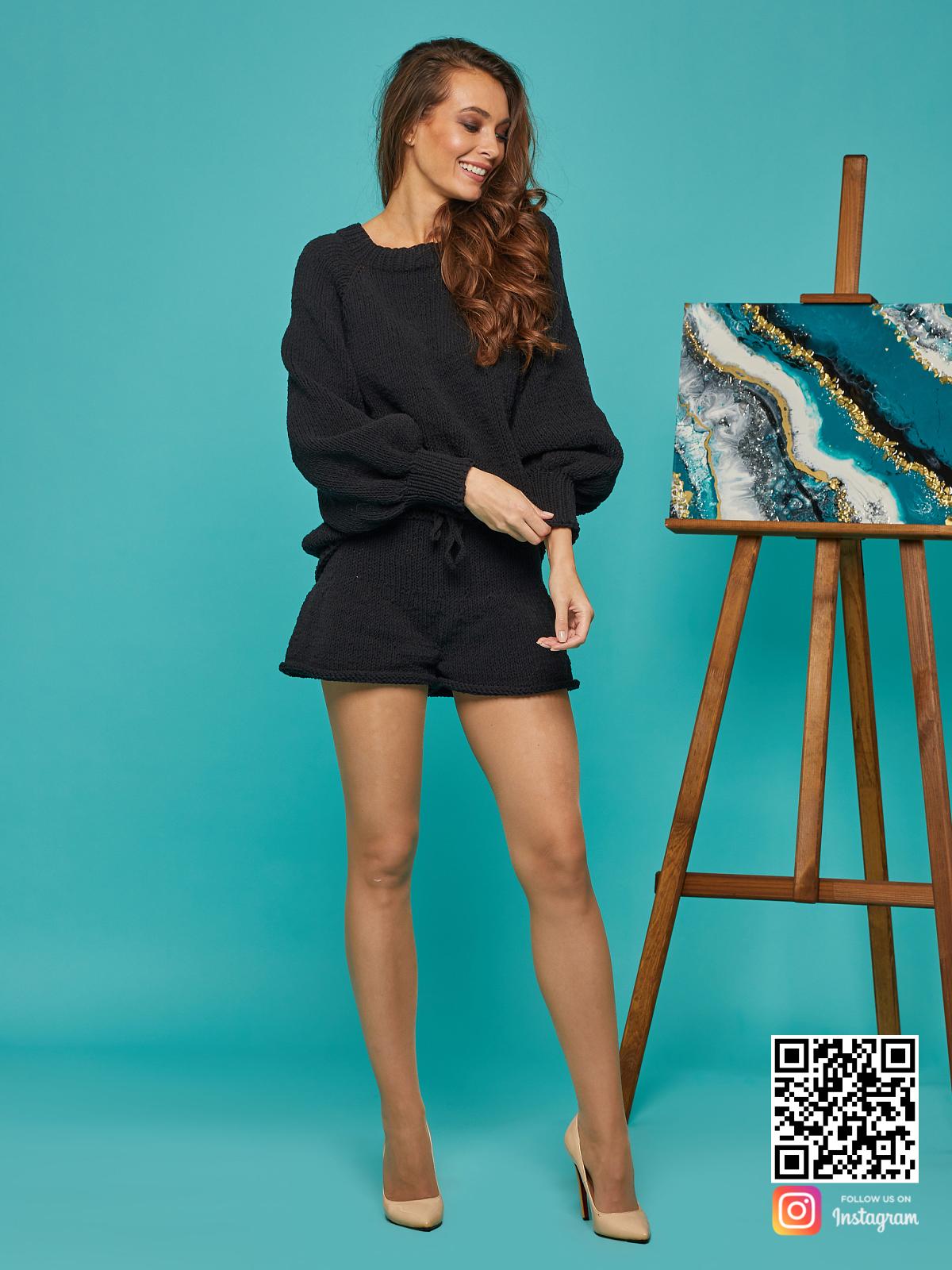 На пятой фотографии пляжный костюм с шортами женский от Shapar, бренда вязаной одежды ручной работы в интернет-магазине связанных спицами вещей.
