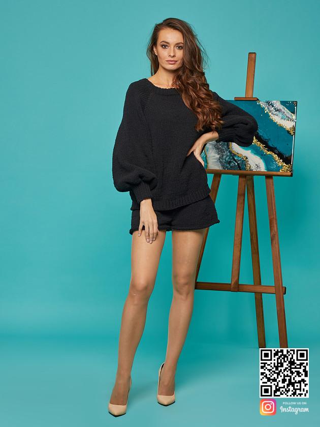 На фотографии костюм с шортами женский от Shapar, бренда вязаной одежды ручной работы в интернет-магазине связанных спицами вещей.